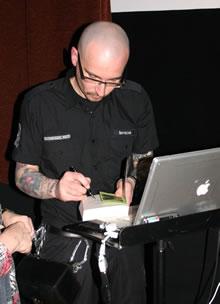 Dr. Mark Benecke signiert Bücher