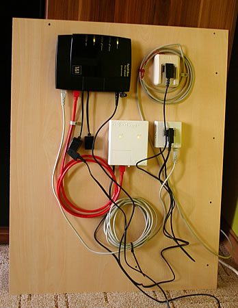 DSL Geräte auf Platte montiert