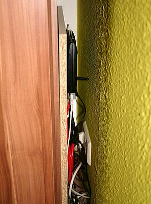 DSL Geräte Platte neben Schrank