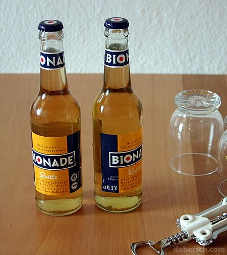 Zwei Bionade Quitte Flaschen (Zimmertemperatur und Eiskalt)