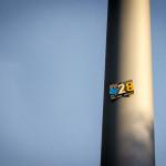 28 an einem Lampenmast