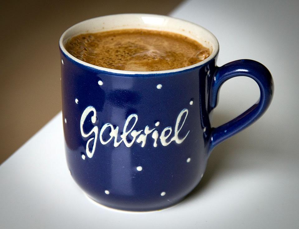 Blaue Namens-Kaffeetasse mit weißen Punkten