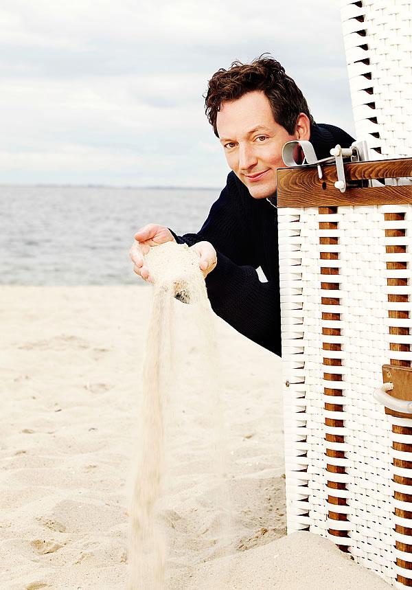Eckart von Hirschhausen am Strand (Foto: © Frank Eidel)