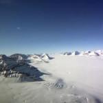 Flug über das Eis der Arktis