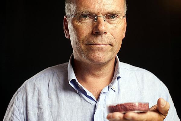Professor Mark Post mit seinem künstlichen Burgerfleisch
