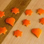 Sterne und Herzen aus Mandarinen-Schalen