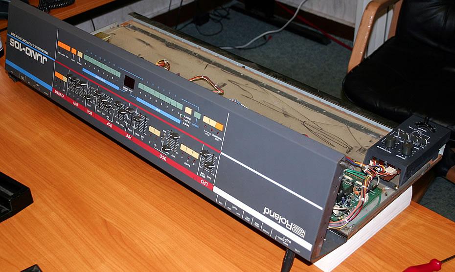 Roland Juno-106 aufgeklappt