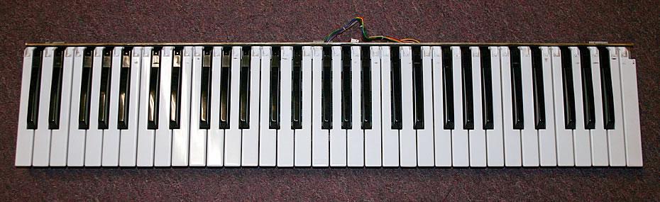 Roland Juno-106 Tastatur gereinigt