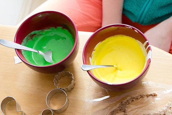 Zimtstern-Glasur eingefärbt mit Lebensmittelfarbe